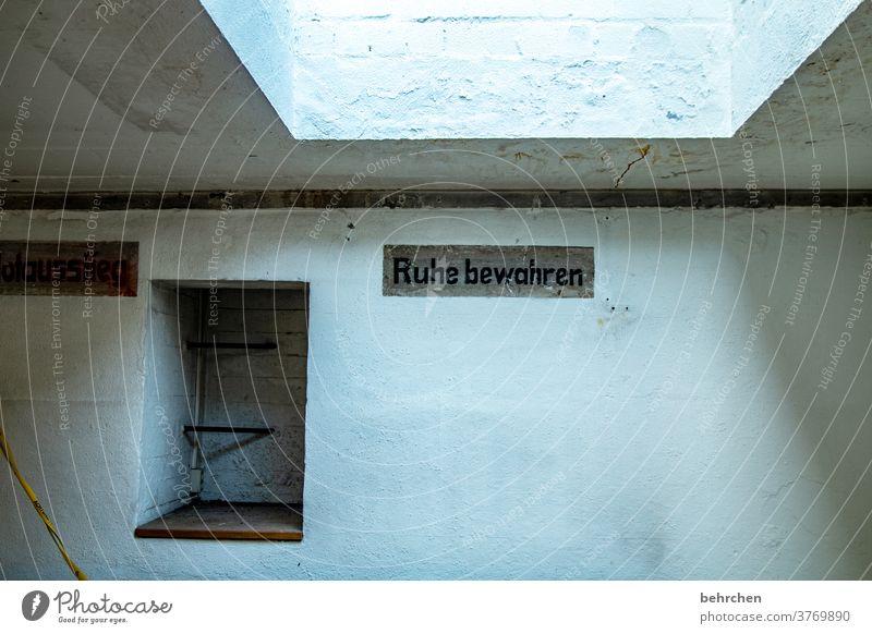 kunst am bau | schrift im bunker Architektur Bauwerk Bunker Gebäude Kaserne Schrift alt Aufforderung Mauer Fenster Beton Betonwand Wand massiv beeindruckend