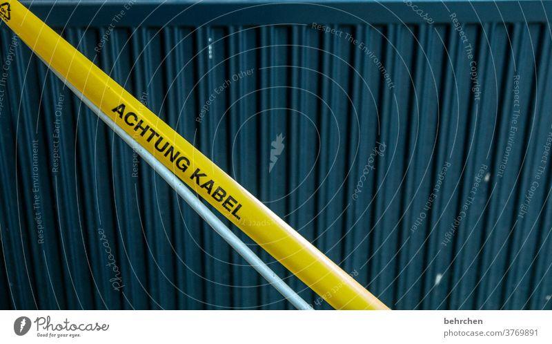 ahhh, da ist ein kabel! Kabel Klebeband Warnung Hinweis Baustelle Achtung Gefahr Aufmerksamkeit gelb Sicherheit verletzungsgefahr aufpassen Vorsicht Warnschild