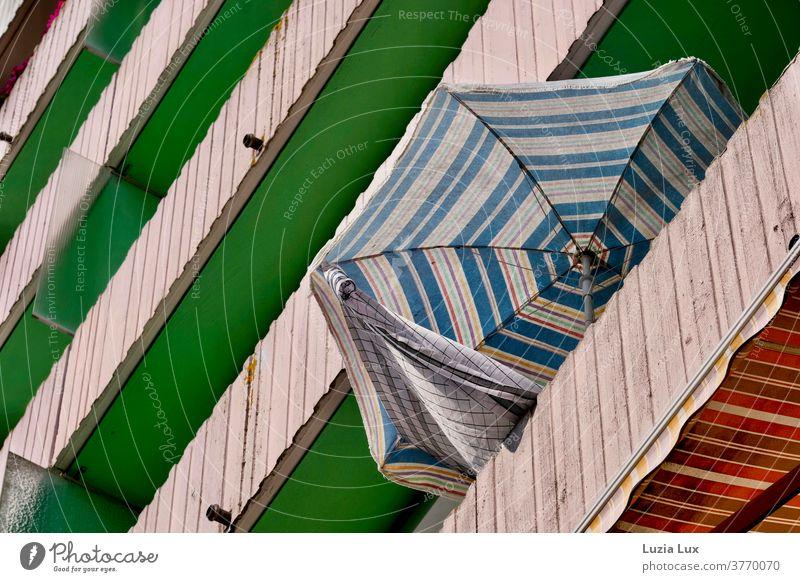 Die letzten Tage des Sommers oder Balkone und Sonnenschutz in einer Hochhaussiedlung, mit viel Sonnenlicht Markise Sonnenschirm blauer Himmel luftig leicht grün