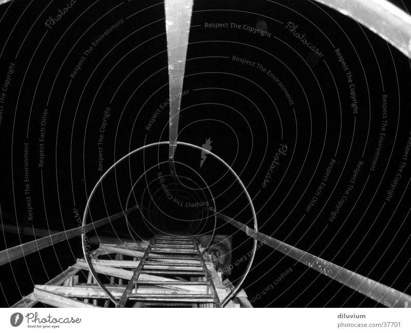 dunkelheit Nacht Industrie Strukturen & Formen Konstruktion Treppe Schwarzweißfoto Architektur