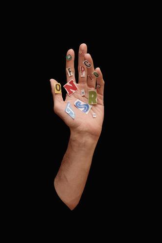 Hand mit Papierbriefen schwarz Surrealismus Buchstaben Briefe und Zeitungen Typographie Text Lateinisches Alphabet Mitteilung Wort Hintergrund neutral Sprache