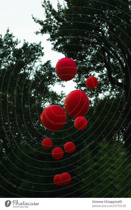 Rote Luftballons am Himmel Ballon Außenaufnahme rot Farbfoto Party Feste & Feiern Freude Dekoration & Verzierung grün Natur