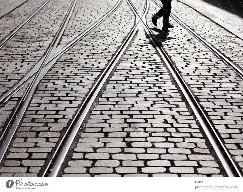 Schienenersatzverkehr straße schiene kopfsteinpflaster fußgänger gegenlicht laufen gehen querung straßenbahn Verkehrswege weiche beine füße Gleise urban metall