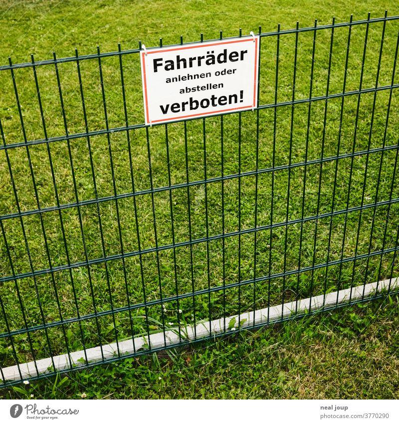 Verbotsschild an Zaun verbotsschild Ordnung deutsch spießig Schilder & Markierungen Verbote Außenaufnahme grün Rasen Gras Nachbarschaft öde Wiese Menschenleer