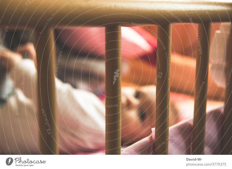Kind liegt im Laufstall Baby Gitter ruhe verantwortung Nachwuchs Familie zeitmanagement kinderbetreuung