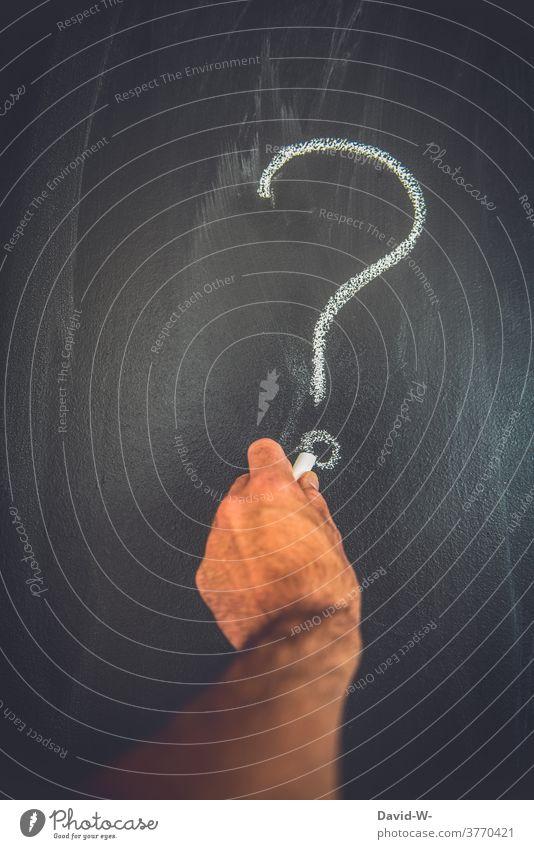 Hand mal Fragezeichen auf eine Tafel ? Kreide Wieso Zeichen Warum planlos Bildung lernen Schriftzeichen Blackout zeichnen malen