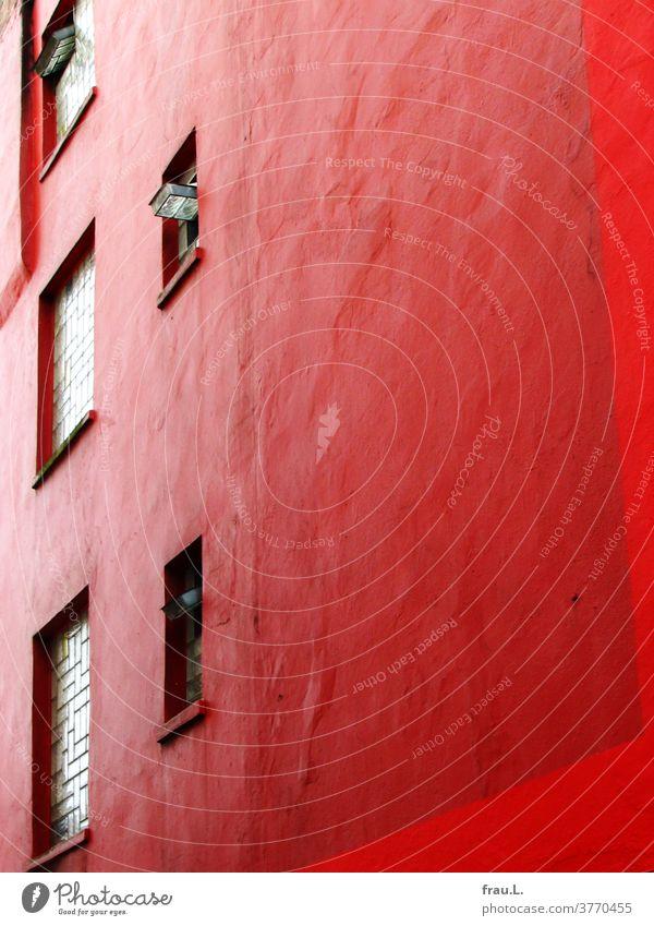 Der eher schlichten Hausfassade war ihr knallig roter Farbanstrich ein wenig unangenehm. Rückfassade Glasbausteine Fenster Farbe Altbau Stadt