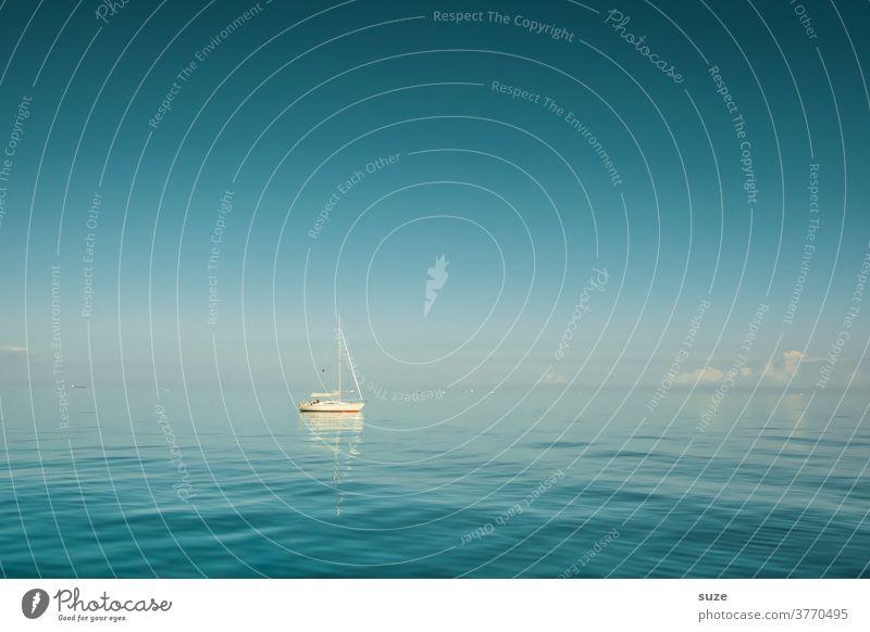 Kleines Segelboot, was schwimmt und schwabbelt im endlosen Blau Jolle Schifffahrt blaues Wasser Fernweh Urlaub Paradies Wind Flaute Sommer Meer Freizeit Segeln