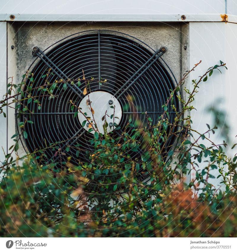 Lüfter, Außenlüftung an einem Gebäude Klimaanlage Ventilator lüften Belüftung Technik & Technologie Elektrisches Gerät Menschenleer Drehung Gehäuse Metall rund