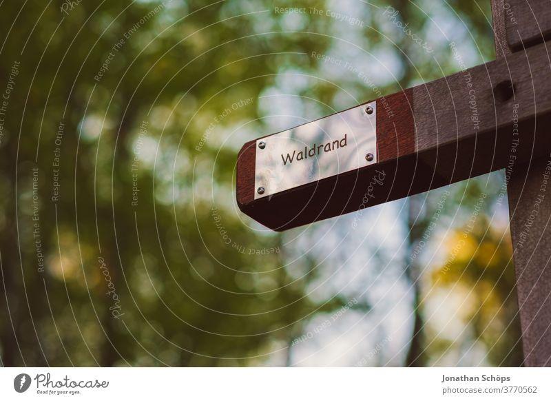 """Schild am Waldrand. Es sagt dir: """"Waldrand"""" Wegweiser Natur Chemnitz Küchwald bokeh Waldspaziergang Holzschild Orientierung Außenaufnahme Farbfoto Menschenleer"""