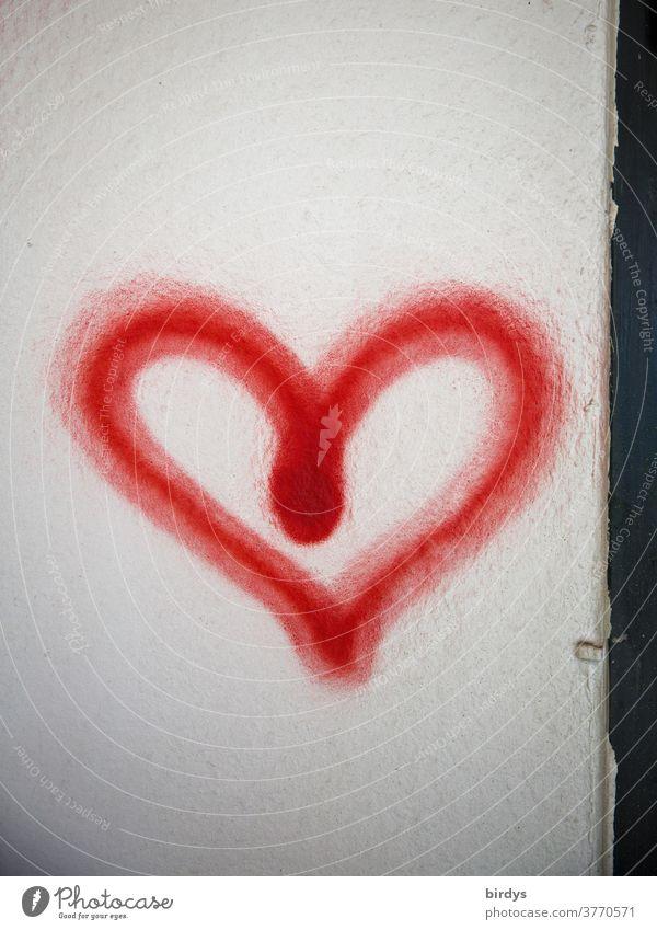 mit roter Farbe aufgesprühtes Herz. rotes Herz. Graffiti Liebe Wand Verliebtheit Romantik Gefühle Glück Lebensfreude Frühlingsgefühle positiv authentisch
