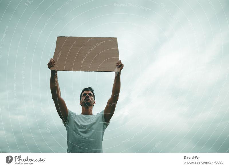 Mann hält demonstrativ ein Schild in die Luft Streik Meinungsfreiheit Gerechtigkeit Gesellschaft (Soziologie) Plakat Demonstration protestieren Politik & Staat