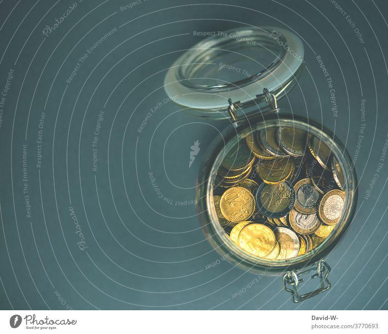 Geldmünzen - Ersparnisse in einem Glas sparen Euro Münzen aufbewahren Behälter u. Gefäße Armut Schulden