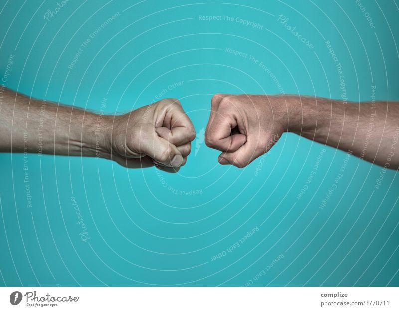 Faust-Begrüßung Ghettofaust corona Virus Infektion Berührung begrüßen fist bump übertragung Kontakt Handschlag Gruß Kommunizieren Männerhand Finger schlagen