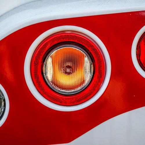 Rücklicht Wohnmobil Nahaufnahme Lichterscheinung Reflexion & Spiegelung Menschenleer Außenaufnahme Farbfoto KFZ Blinker ästhetisch Heck Fahrzeug Stil Design Tag
