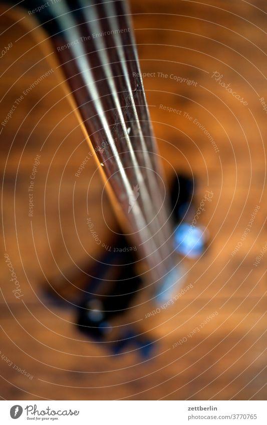 Bass bass musik musikinstrument saiteninstrument fretless rack stehen ständer hals band bassist tiefenschärfe e-bass unterhaltung proberaum unscharf