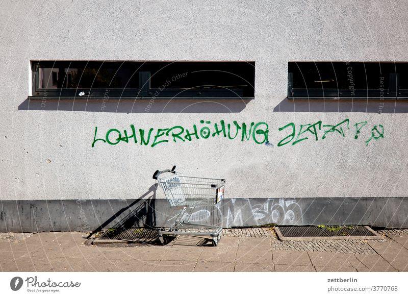 Lohnerhöhung jetzt! aussage botschaft farbe gesprayt grafitti grafitto mauer message nachricht parole politik sachbeschädigung schrift slogan slogen sprayen