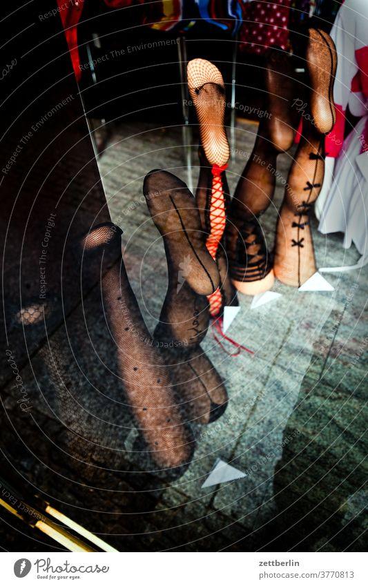 Schaufenster mit Einzelbeinen schaufenster model modell bekleidung strump strumpfhose nylon erotik sex sexualität erotik eros ausstellung verkauf dessous