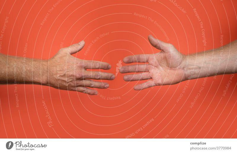 Hände schütteln corona Virus Infektion Berührung Faust Begrüßung begrüßen Ghetto fist bump übertragung Kontakt Handschlag Gruß Kommunizieren Männerhand Finger