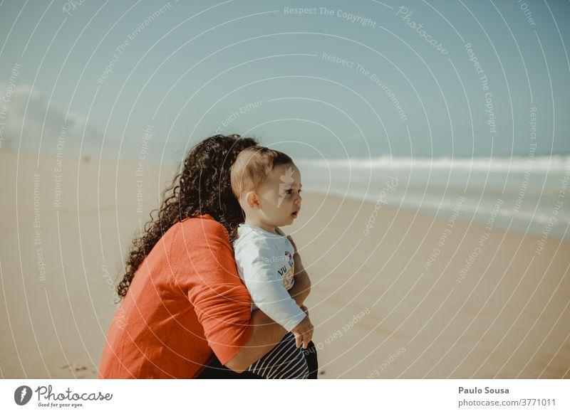 Mutter und Kind beobachten das Meer Mutterschaft Sohn Familie & Verwandtschaft Zusammensein Zusammengehörigkeitsgefühl Pflege Freude Lächeln Leben Glück