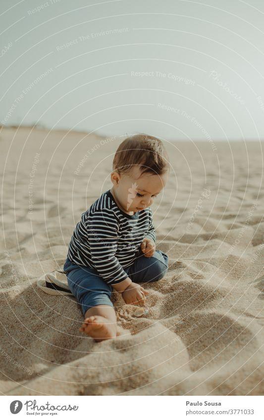 Kleinkind spielt am Sandstrand Kind Kindheit Ferien & Urlaub & Reisen Meer Natur Sommer Kindheitserinnerung Außenaufnahme Strand Spielen Lifestyle niedlich