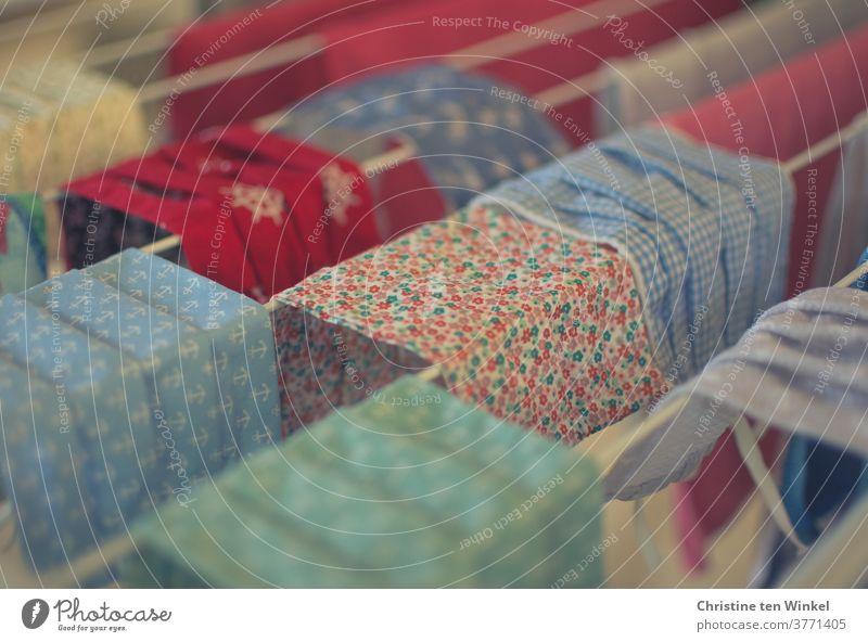 selbstgenähte bunte Masken / Alltagsmasken aus Baumwolle hängen zum Trocknen auf einem Wäscheständer | corona thoughts Mund-Nasen-Schutz Mundschutzmaske