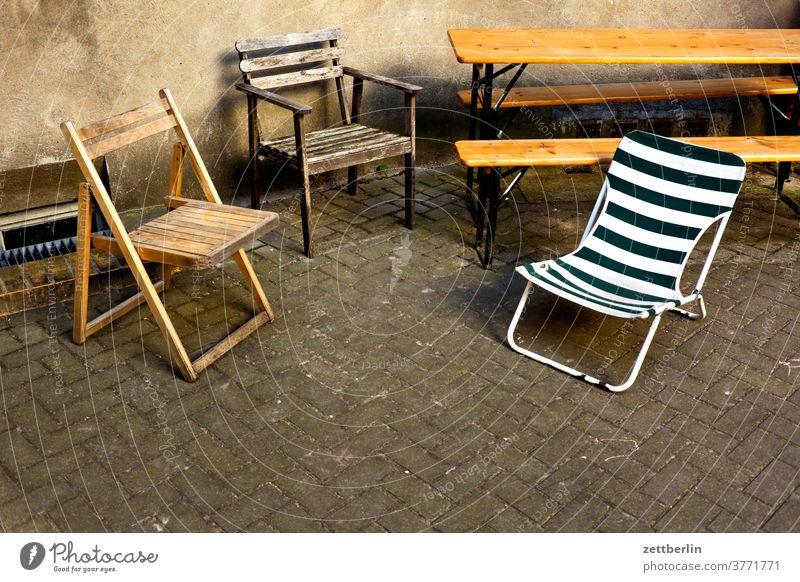 Sitzecke im HInterhof berlin hinterhaus hinterhof stadt szene urban sitz sitzecke stuhl klappstuhl camping campingstuhl möbel biertisch gartenmäbel bank leer