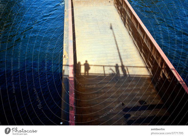 Schatten im leeren Schleppverband schiff schifffahrt hafen kanal wasser fluß kahn lastkahn schleppverband sonne sommer urlaubm transport logistik schatten