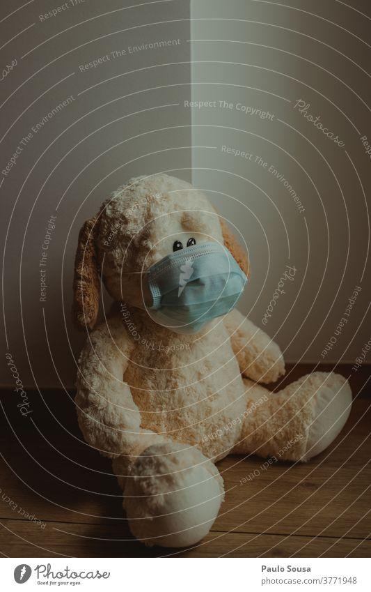 Teddybär mit Einwegmaske Spielzeug Kindheit niedlich Bär Farbfoto Mundschutz vermummt Maskenpflicht Infektion sars covid-19 Pandemie Quarantäne Corona-Virus