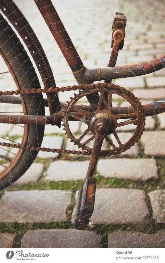 rostiges Fahrrad alt Rost Fahrradkette Verkehrsmittel Fahrradfahren defekt