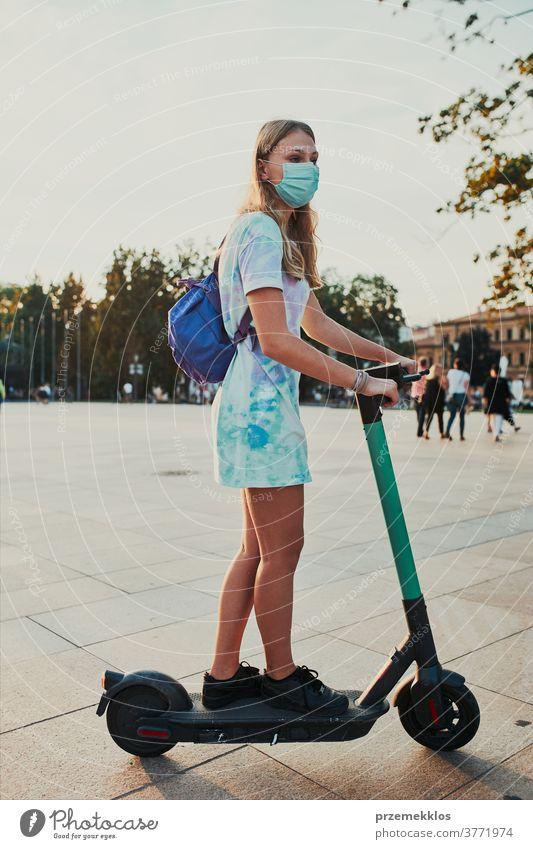 Junge Frau auf einem Elektroroller im Stadtzentrum aktiv authentisch offen Zentrum Großstadt Mitteilung Zeitgenosse Laufwerk fahren E-Roller Öko ökologisch