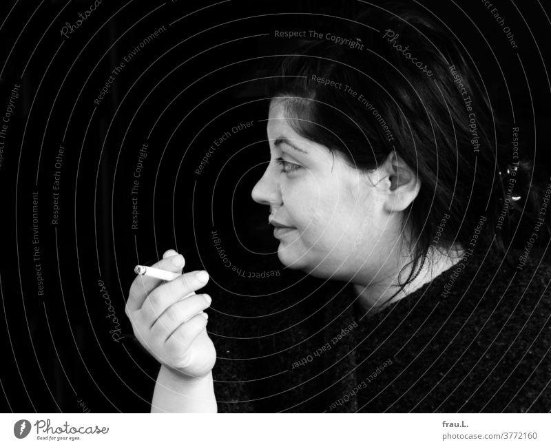 Pause. Zigarettenpause. Die junge Frau saß, beobachtete und rauchte. attraktiv intensiv Blick Gesicht Porträt nachdenklich sanft Profil