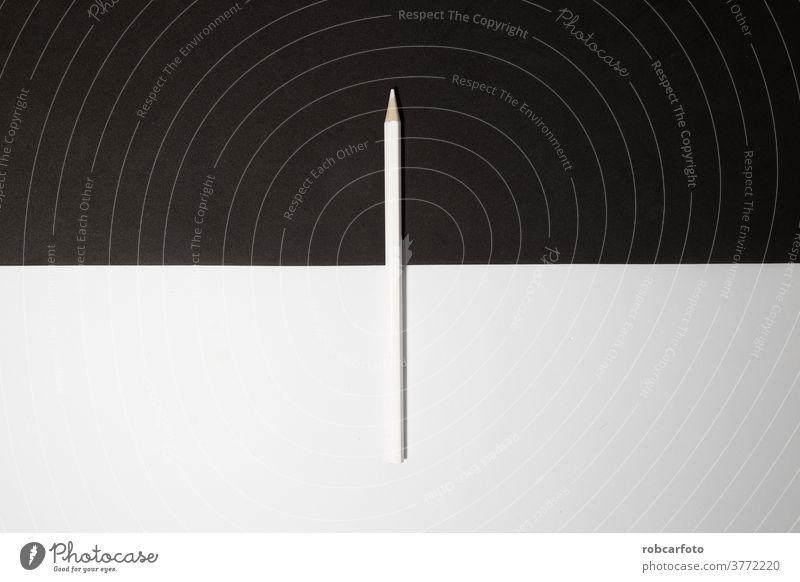 weißer Holzbleistift auf schwarzem und weißem Hintergrund. hölzern stechend Bleistift vereinzelt Radiergummi Schule Graphit Bildung zeichnen löschen Kunst
