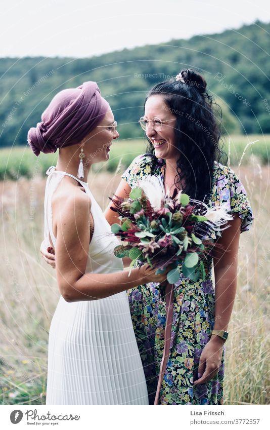 HOCHZEIT - FREUNDINNEN - FREUDE Hochzeit Trauzeuge Freundschaft Freundinnen Brautstrauß Außenaufnahme Sommer bunt Brille Kopftuch Kopftücher Brautkleid