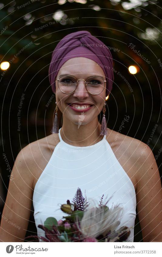 BRAUT - BRILLE - SCHÖN - SOMMER - KOPFTUCH Braut Brille Kopftuch Lichtpunkt Ohrringe Brautkleid Hochzeit Porträt positiv glücklich Abend Lächeln Freude
