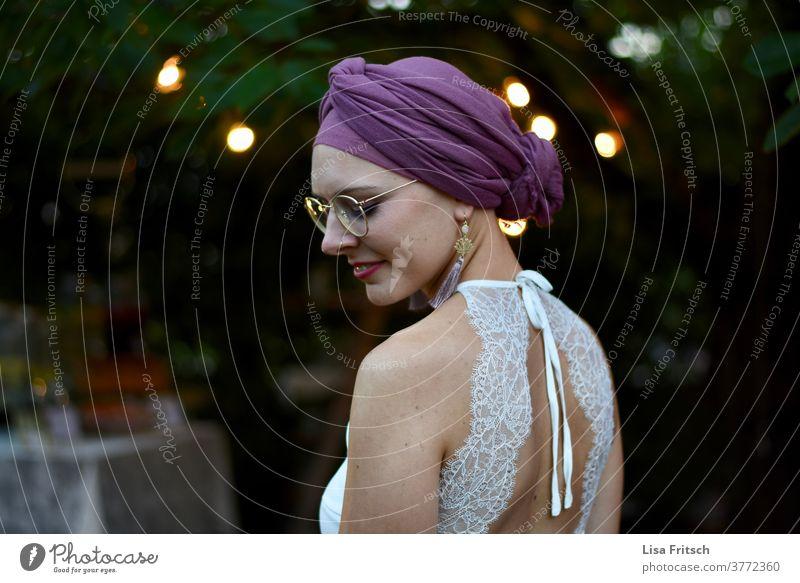 BRAUT - ABEND - SOMMER - AUGEN GESCHLOSSEN - TUCH Frau 18-30 Jahre Brille spitzenkleid Braut Brautkleid lila weiß hip Vintage Augen geschlossen Rücken