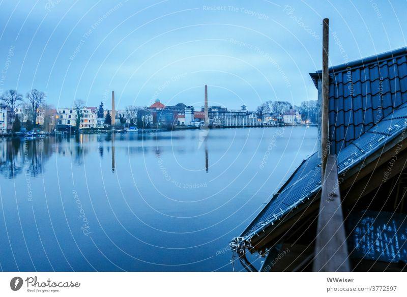 Blau Stunde am Müggelsee See Spree Floß Restaurant Gaststätte Tafel Bierbrauerei Ufer Abend Schorsteine Panorama romantisch melancholisch blau Licht Dach Menue