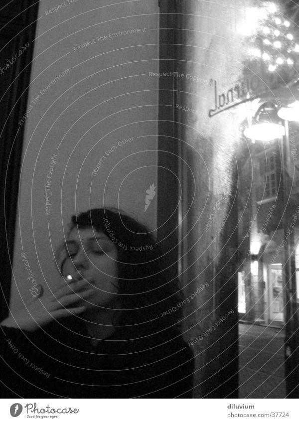 le café I Frau Zigarette Café Fenster Tisch journal Rauchen Schwarzweißfoto