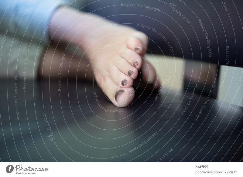Füsse auf einer Lederbank Fuß Füße hoch Füße tun weh Erholung Beine Zehen Barfuß Frau Nagellack nackt liegen lackiert Haut Erschöpfung Müde Müdigkeit Pediküre