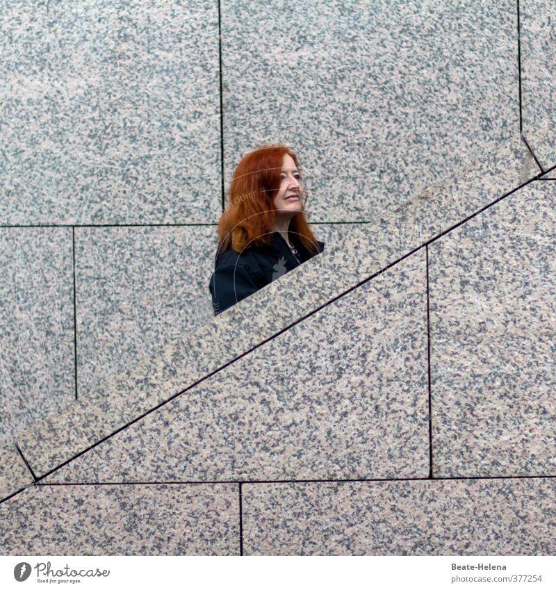 Auch wenn der Weg sehr steinig ist ... Frau Erholung rot ruhig Freude schwarz Gesicht Erwachsene Wand Gefühle Bewegung Architektur Mauer grau Haare & Frisuren