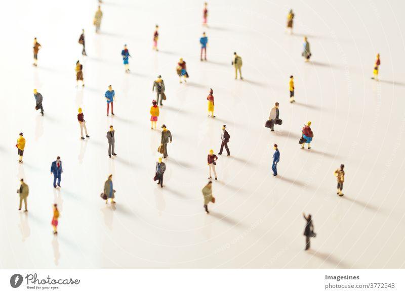Miniaturspielzeug Leute, die in der Öffentlichkeit Abstand halten. Soziale Distanzierung Aufgrund des Covid-19-Ausbruchs. Reduzierung des sich ausbreitenden Corona Virus Konzepts
