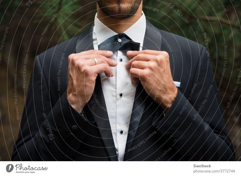 Bräutigam beim Hochzeitssmoking im Wald striegeln schwarz weiß Mann elegant Glück Jacke Hände Hintergrund Person Krawatte Porträt Smoking gutaussehend Kleid