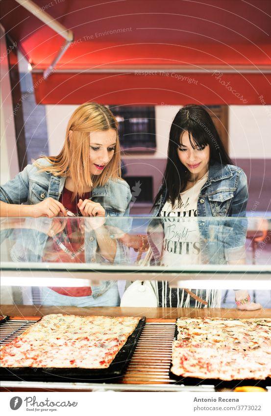 Hübsche junge Frauen wählen Pizza im Freiluftgeschäft Essen Großstadt Lebensmittel Versuchung Mahlzeit Straßenessen frisch Stadtleben verzehrfertig gekocht