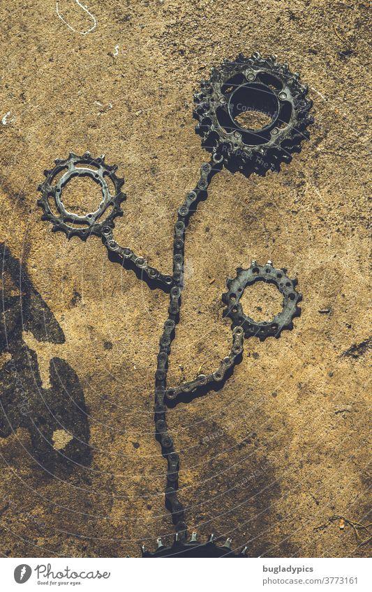 Blume geformt aus Fahrradketten/Fahrradteilen und Ritzel/Zahnrädern Metall metallisch Kunst Verkehrswende Werkstatt Fahrradwerkstatt Fahrradwerkzeug Kette