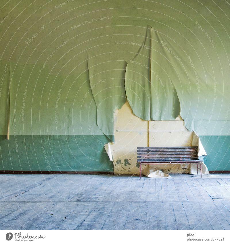 auf einer bank im grünen alt Stadt schön Einsamkeit Ferne Wand Innenarchitektur Mauer grau Holz Metall braun Raum sitzen warten Lifestyle