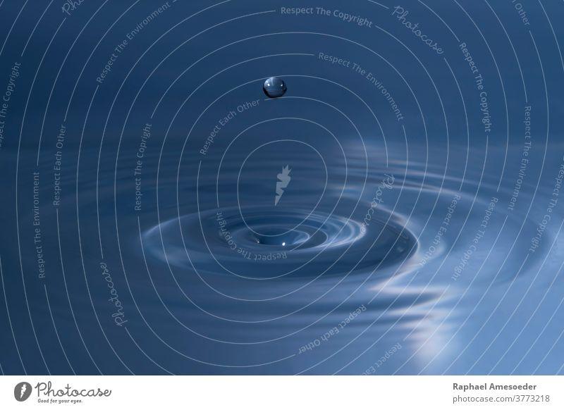 Wassertropfen über welliger Oberfläche winken Tropfen liquide Makro abschließen Form Geplätscher sphärisch abstrakt aqua Aquamarin aquatisch Hintergrund Ball