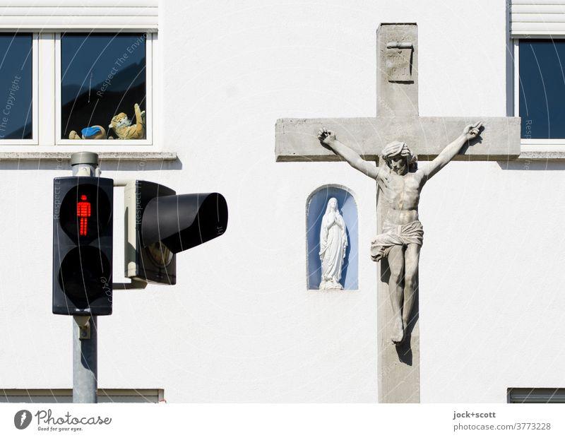 Farben und Formen des Glaubens Verkehrswege Verkehrszeichen Fußgängerampel ampelmännchen Fassade Sicherheit Fenster Stofftiere marienstatue Jesusstatue Leid