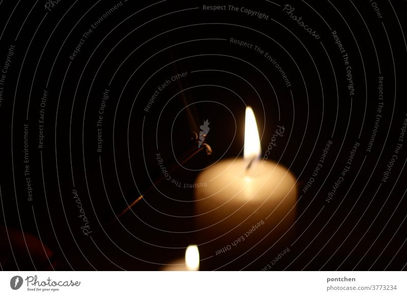 Zwei Kerzen leuchten im Dunklen. Trauer,  Hoffnung, Gemütlichkeit, Glaube licht brennen docht dunkelheit symbolik hoffnung glaube romantik Weihnachten & Advent