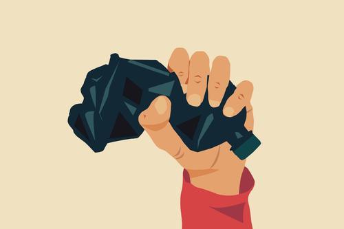 """Veranschaulichung des Konzepts """"Stopp der Kunststoffverschmutzung, globale Erwärmung, Recycling von Kunststoffen"""". Eine leere blaue Plastikflasche wird als Zeichen des Protests mit der Hand fest zusammengedrückt. Hellgelber Hintergrund"""