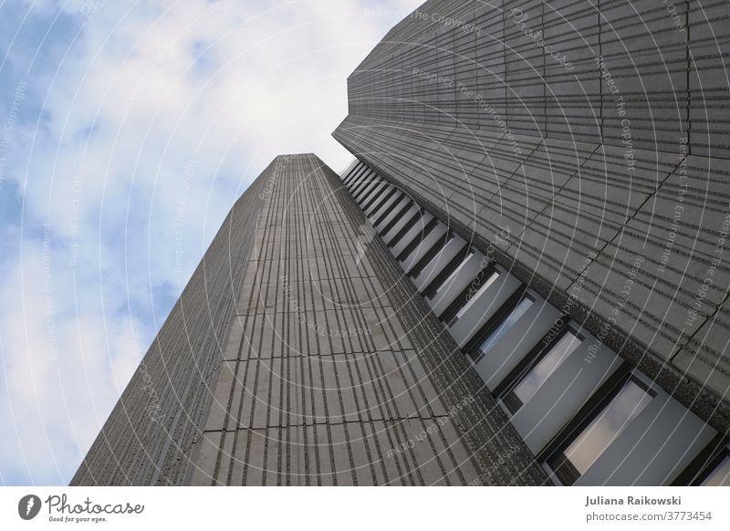 Hochhaus aus der Froschperspektive Architektur Gebäude Himmel Fassade Fenster Menschenleer Außenaufnahme Tag Farbfoto Haus Wand Mauer Bauwerk eckig Stadtzentrum